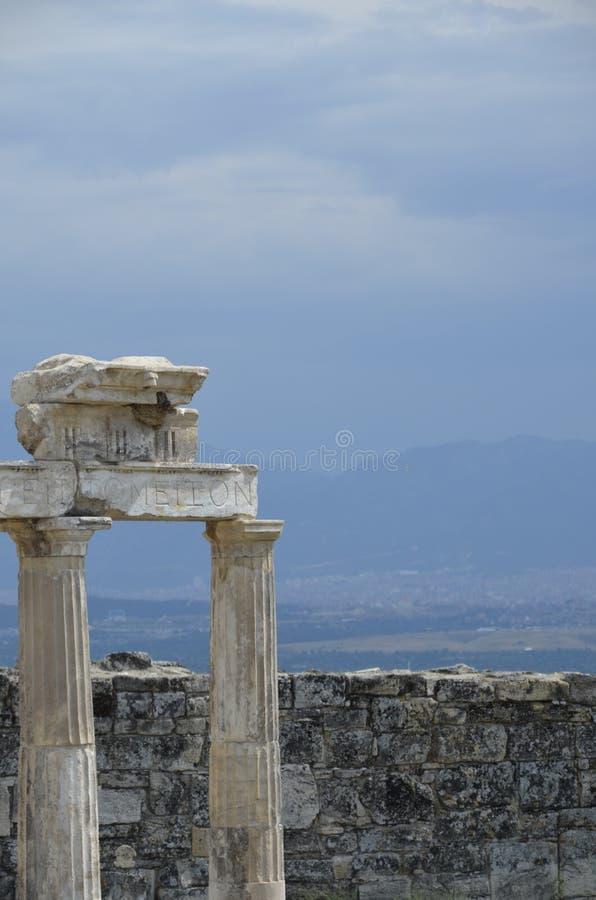 Cidade antiga das ruínas pitorescas de Hierapolis em Turquia ensolarada fotos de stock