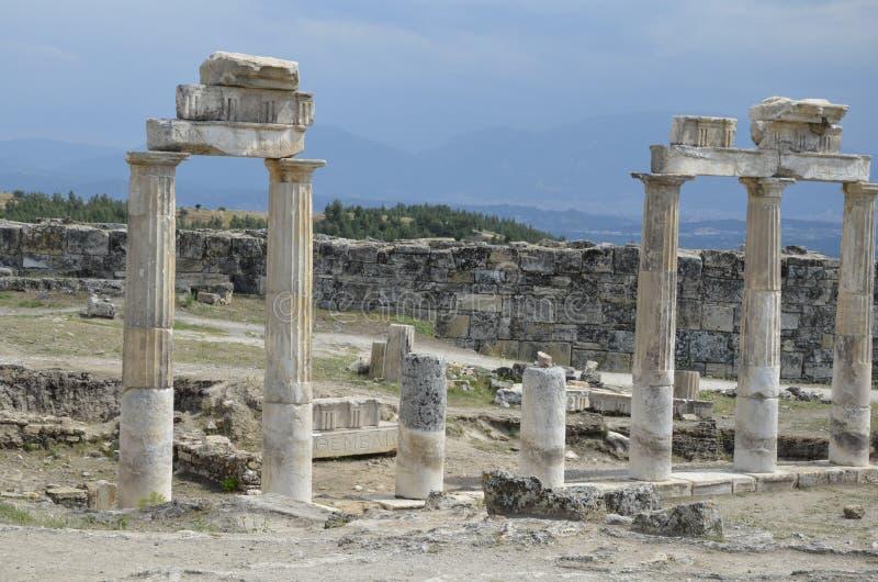 Cidade antiga das ruínas pitorescas de Hierapolis em Turquia ensolarada imagem de stock royalty free