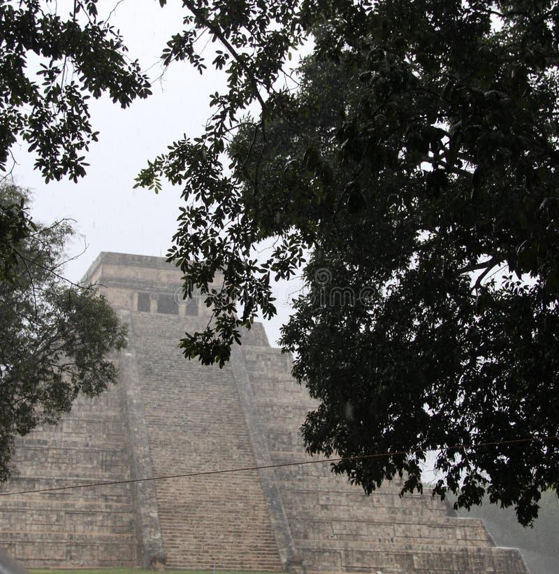 Cidade antiga de Chichen Itza em um dia chuvoso, Iucatão, México foto de stock royalty free
