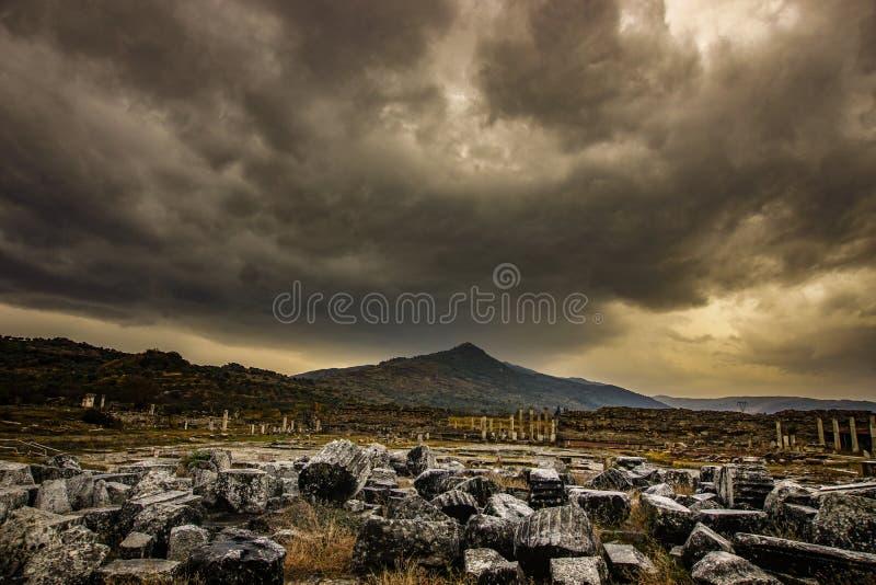 Cidade antiga, magnésio e Maeandrum da magnésia Manisa, Turquia Opinião dramática da atmosfera fotografia de stock royalty free