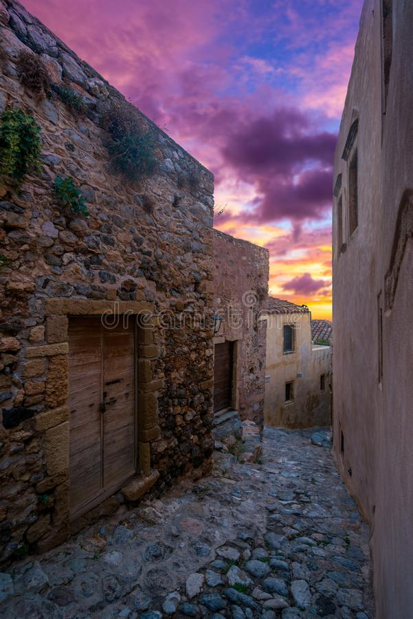 A cidade bizantina bonita do castelo de Monemvasia no Laconia fotografia de stock