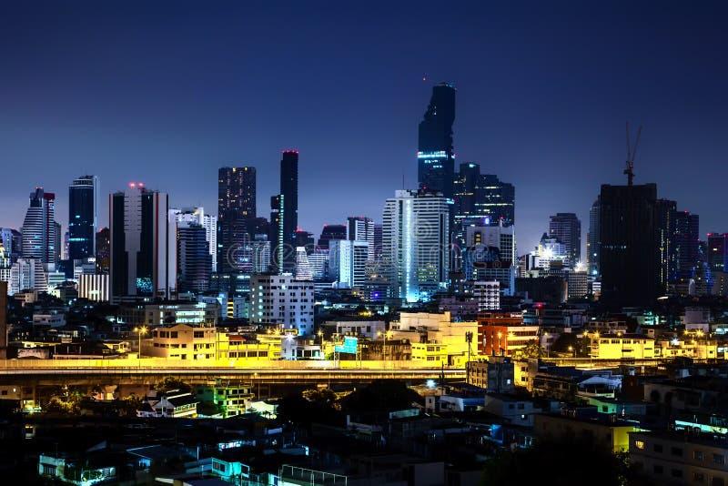 Cidade bonita da noite, arquitetura da cidade moderna da noite de Banguecoque Tailândia fotografia de stock