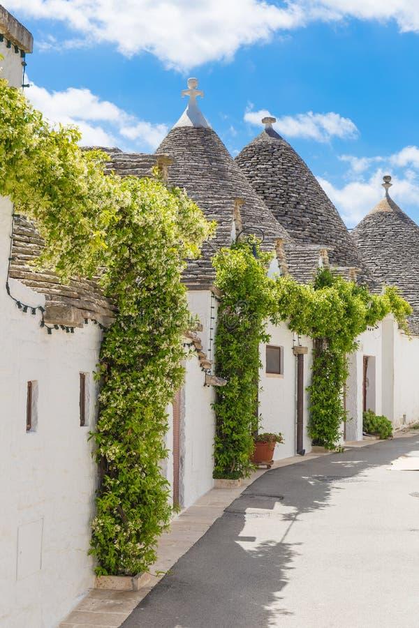 Cidade bonita de Alberobello com casas do trulli, região de Apulia, Itália do sul imagens de stock