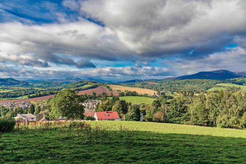 A cidade bonita de Crieff e de montanhês Escócia foto de stock royalty free