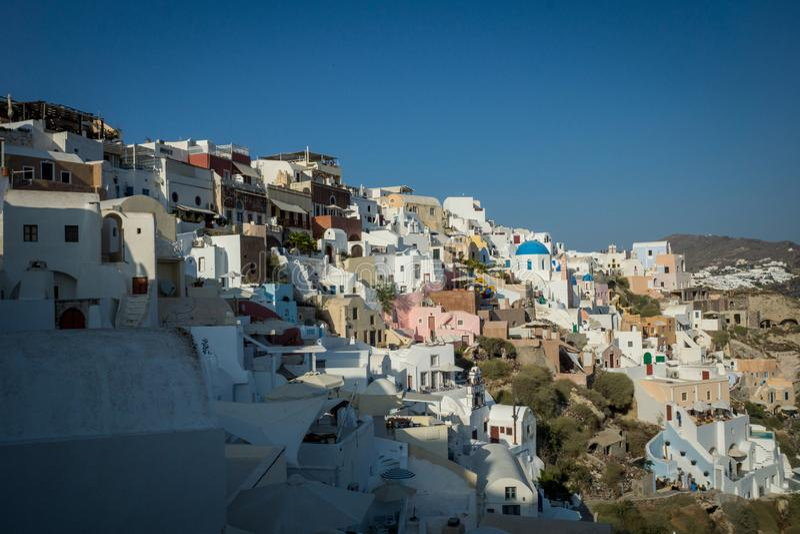 A cidade bonita de Oia em Santorini/Grécia fotografia de stock