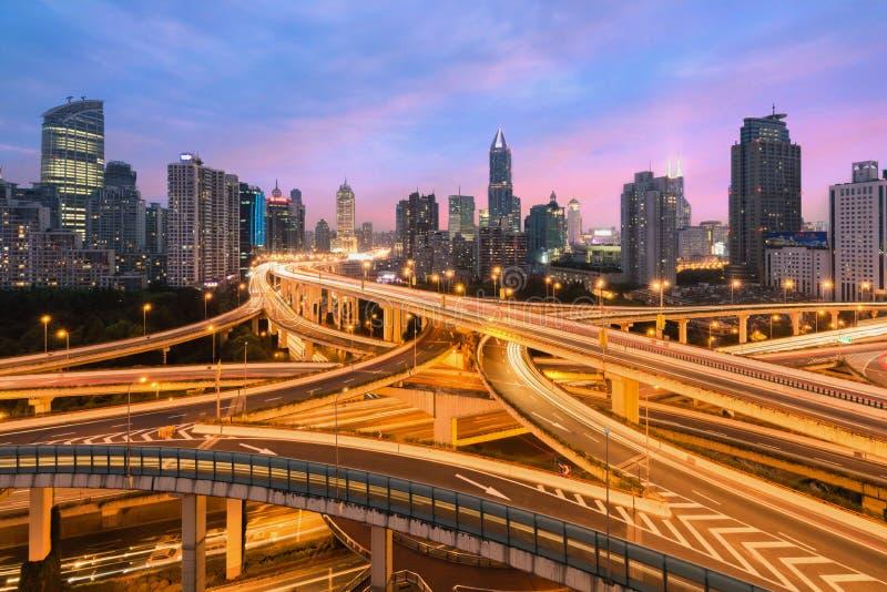 Cidade bonita de Shanghai com passagem superior do intercâmbio no anoitecer mim foto de stock