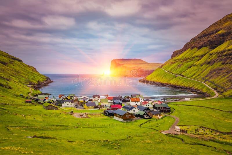 """A cidade bonita do †de Tjornuvik """"em Ilhas Faroé, senta-se na costa norte de Streymoy, Ilhas Faroé, Dinamarca imagens de stock"""