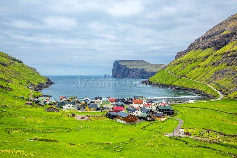 """A cidade bonita do †de Tjornuvik """"em Ilhas Faroé, senta-se na costa norte de Streymoy, Ilhas Faroé, Dinamarca foto de stock royalty free"""