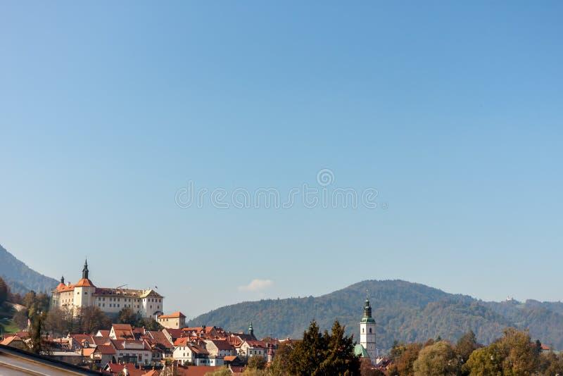 A cidade bonita do Eslovênia de Kranj nos cumes ajardina foto de stock royalty free