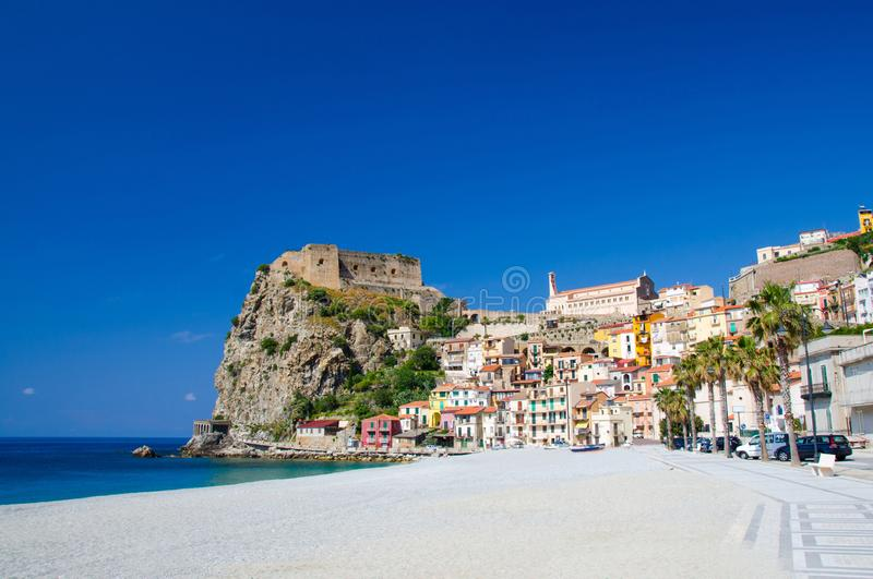 Cidade bonita Scilla com o castelo medieval na rocha, Calabria, ele imagens de stock