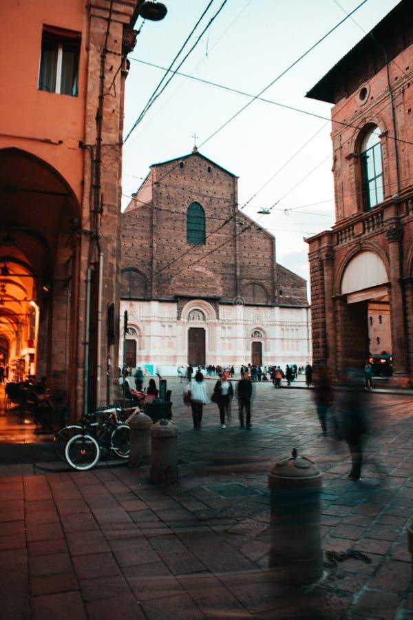 A cidade bonita vermelha da Bolonha foto de stock