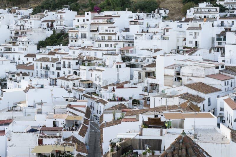 Cidade branca típica na Andaluzia Mijas Costa del Sol imagens de stock royalty free