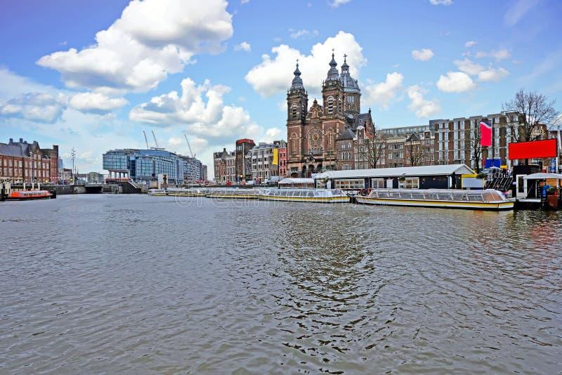 Cidade cênico de Amsterdão nos Países Baixos com a igreja de Nicolaas imagens de stock royalty free
