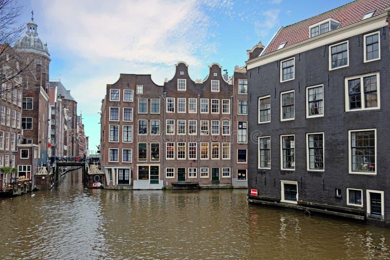 Cidade cênico de Amsterdão nos Países Baixos com a igreja de Nicolaas imagem de stock royalty free