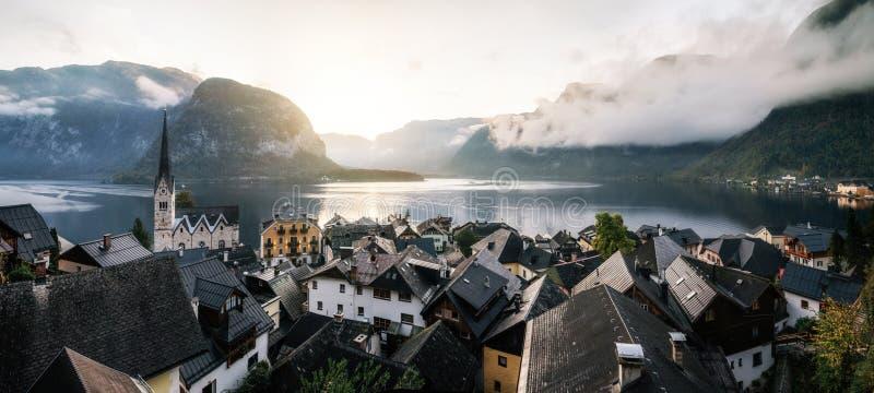 Cidade cênico na manhã, Áustria de Hallstatt fotografia de stock royalty free