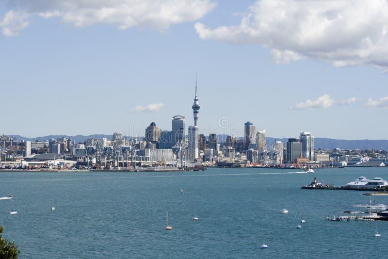 Cidade CBD de Auckland & recipiente imagens de stock