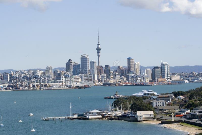 Cidade CBD de Auckland e cais imagem de stock