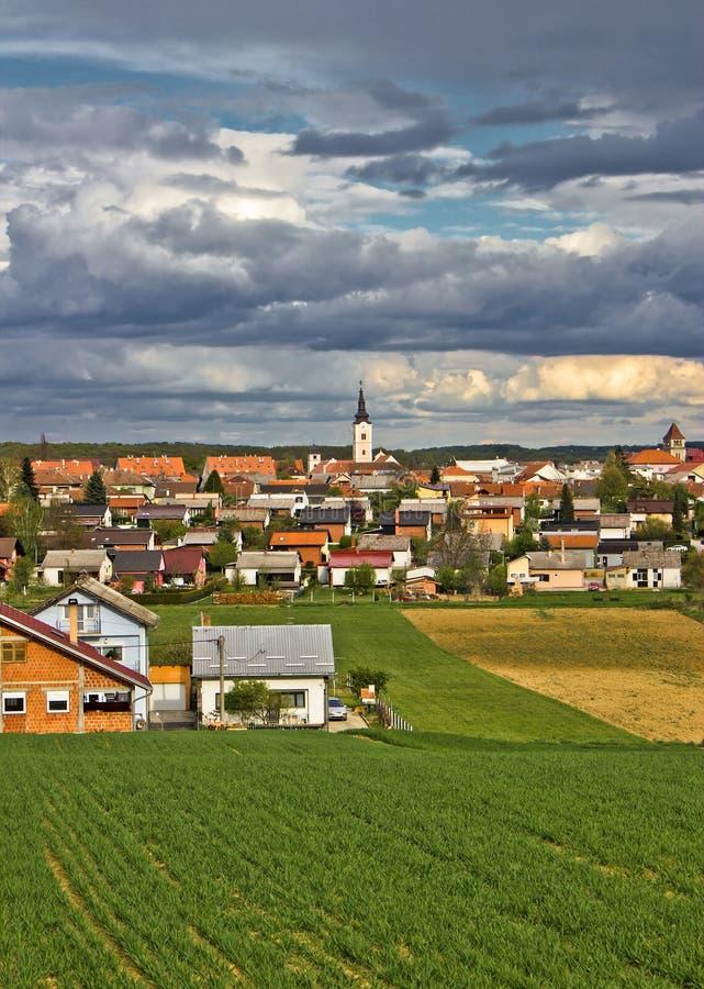 Cidade colorida da opinião do vertical de Krizevci foto de stock
