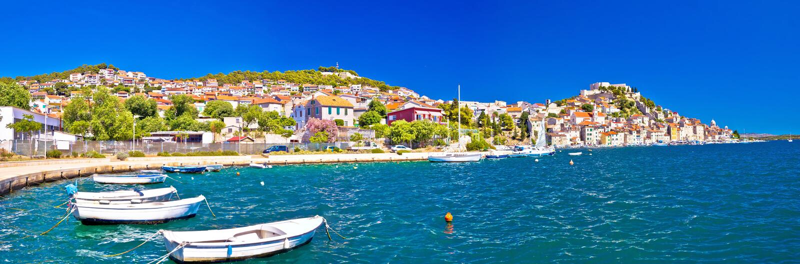 Cidade colorida da vista panorâmica de Sibenik imagem de stock royalty free
