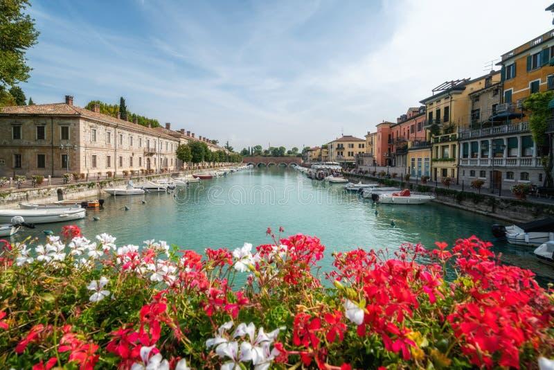 Cidade colorida de Peschiera del Garda em It?lia imagem de stock royalty free