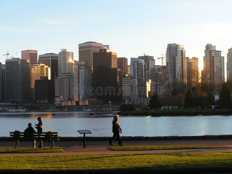 Cidade contra o parque fotos de stock