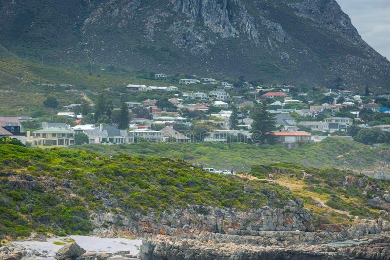 Cidade costeira de Hermanus e de montanhas bonitas, África do Sul fotos de stock