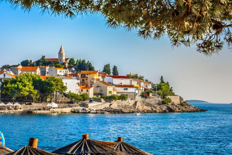 Cidade costeira na Croácia, região de Primosten de Dalmácia imagens de stock royalty free
