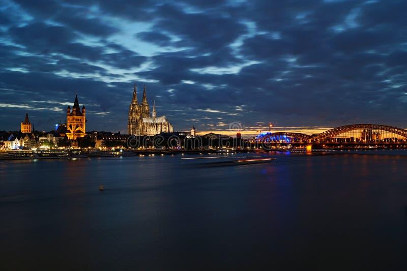 Cidade da água de Colônia na noite foto de stock
