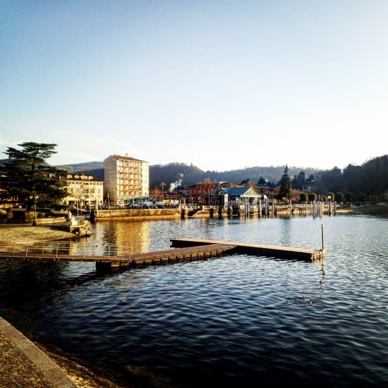 Cidade da beira do lago no por do sol imagem de stock royalty free