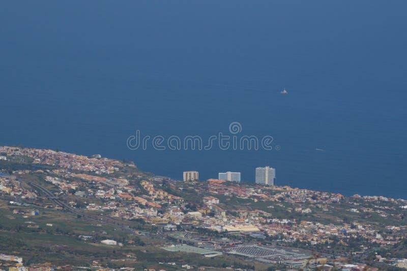 Cidade da costa de longe fotografia de stock