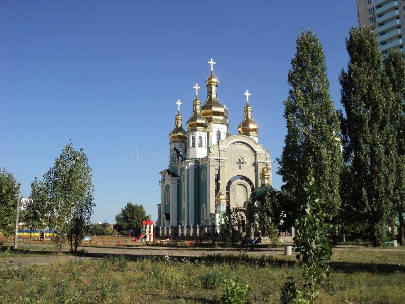 cidade da igreja moderna nova de kiev foto de stock