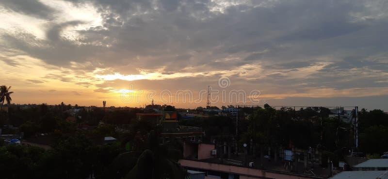 Cidade da monção da manhã da nuvem do céu fotos de stock royalty free