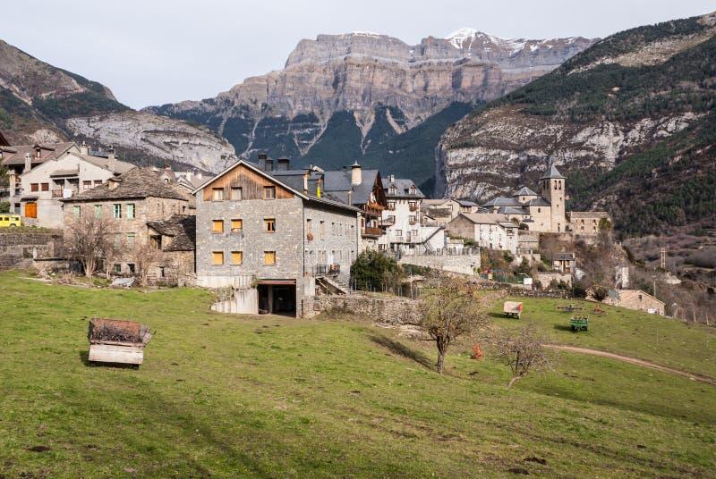 Cidade da montanha, Torla, Pyrenees, Ordesa y Monte Perdido National imagem de stock