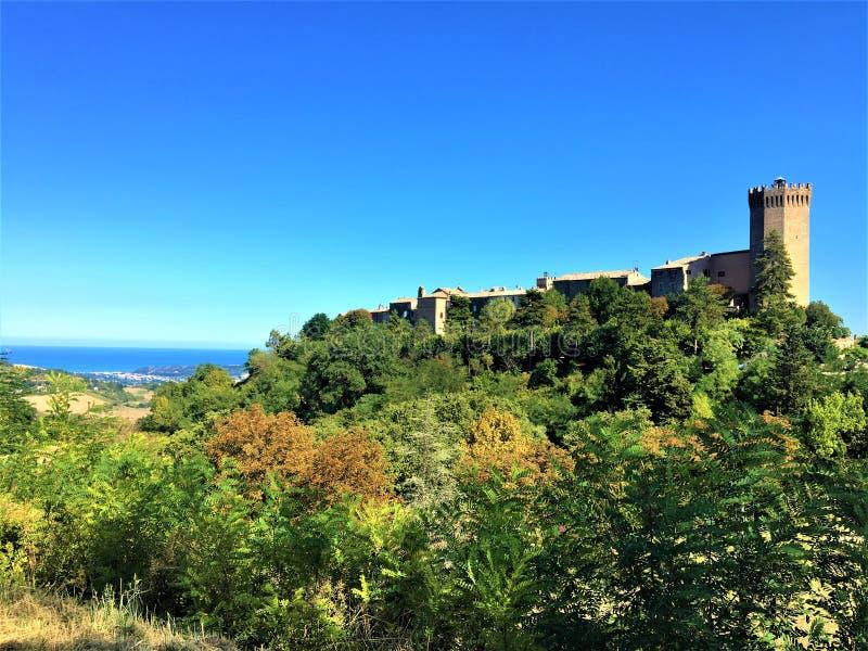 Cidade da Moresco na província de Fermo, região de Marche, Itália Atmosfera medieval, mar e vegetação imagens de stock