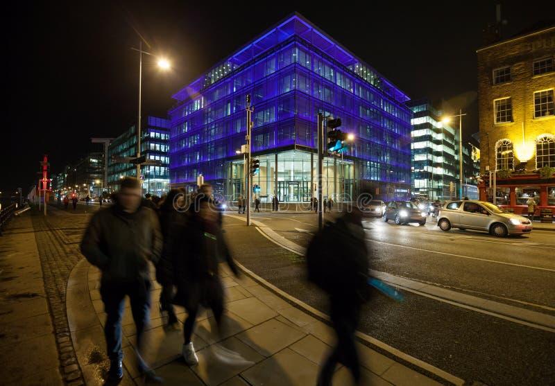 Cidade da noite com prédios de escritórios foto de stock royalty free