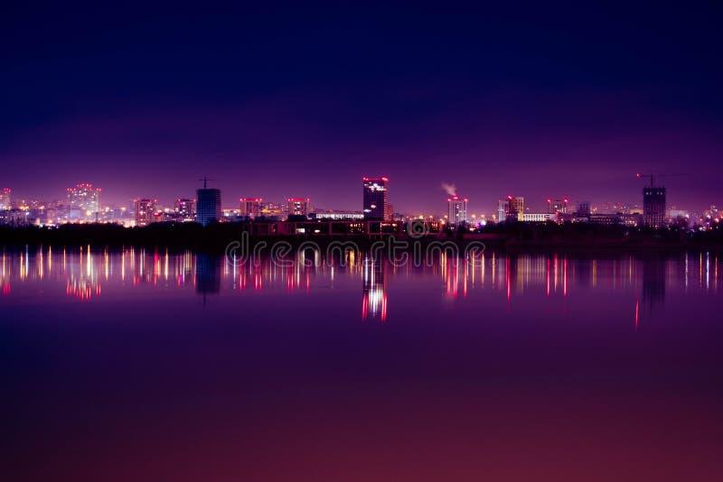Cidade da noite com reflexão no rio imagens de stock royalty free