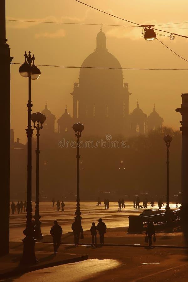 Cidade da noite em um fumo imagens de stock royalty free
