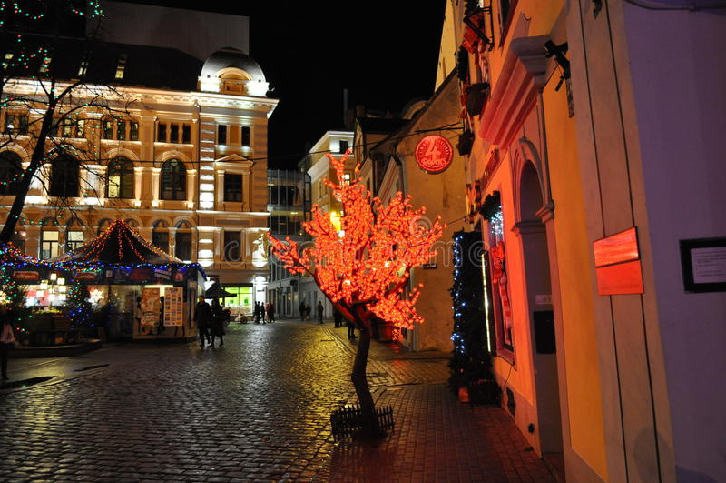Cidade da noite no tempo do Natal imagens de stock royalty free