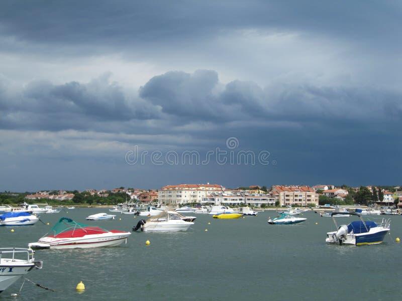 Cidade da opinião antes da tempestade, região da margem de Medulin de Istria da Croácia foto de stock