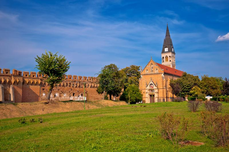 Cidade da opinião das paredes e da igreja da defesa de Ilok imagens de stock