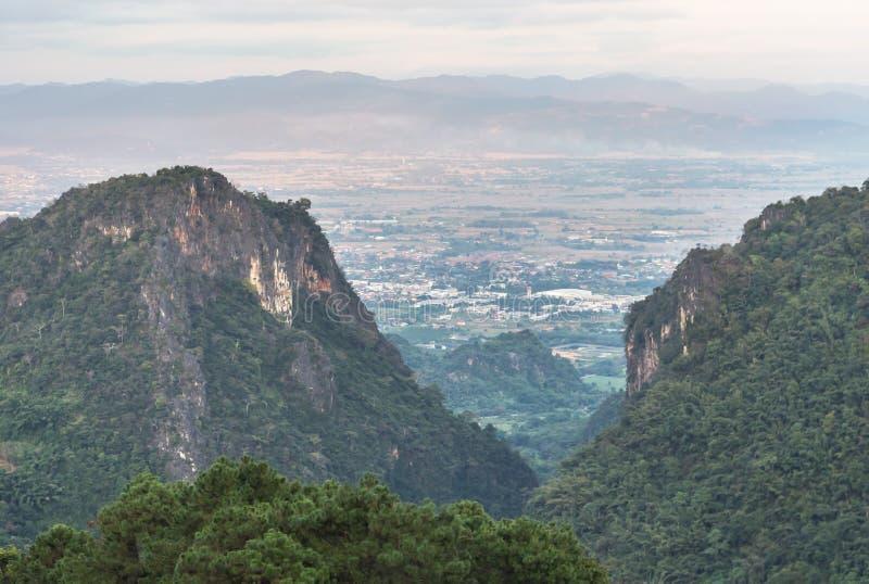 Cidade da opinião de Lanscape do distrito de Mae Sai que olha do ponto de vista Doi Pha Mee ou da montanha Mae Sai do urso imagens de stock