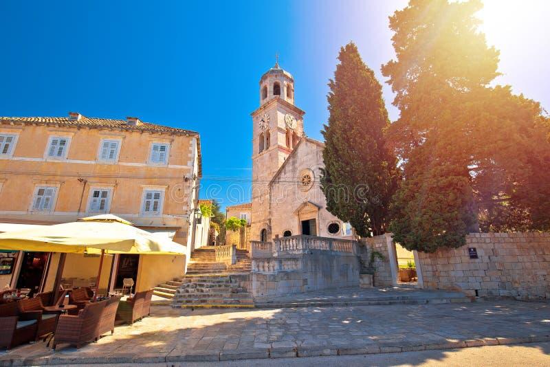 Cidade da opinião de pedra do embaçamento do sol da igreja de Cavtat fotos de stock royalty free