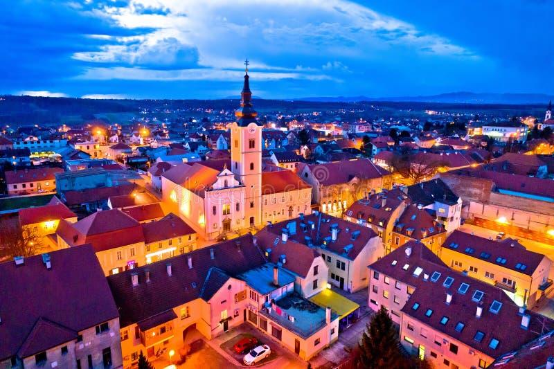 Cidade da opinião panorâmico aérea da noite de Krizevci foto de stock royalty free