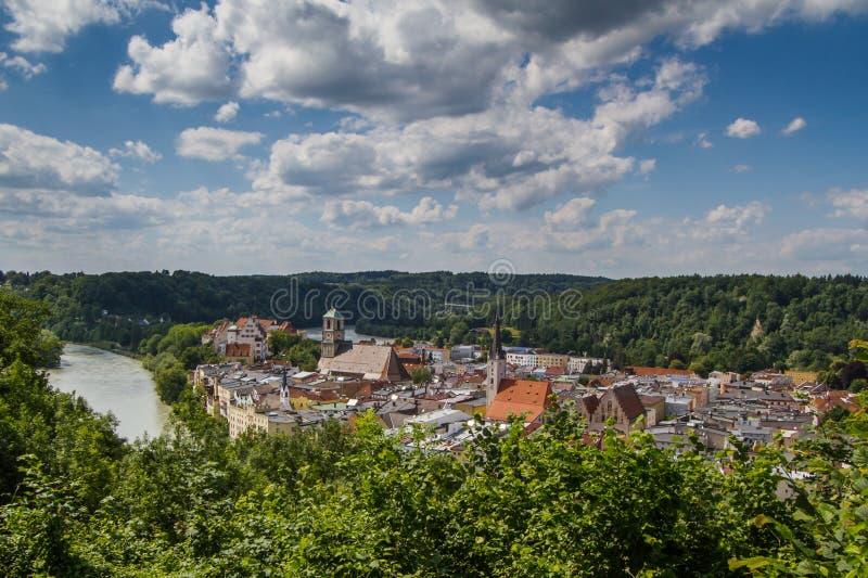 Cidade da pensão de Wasserburg am, Baviera, GER imagens de stock