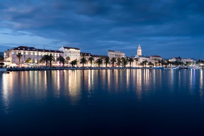 Cidade da separação na Croácia na noite, mar de adriático fotos de stock
