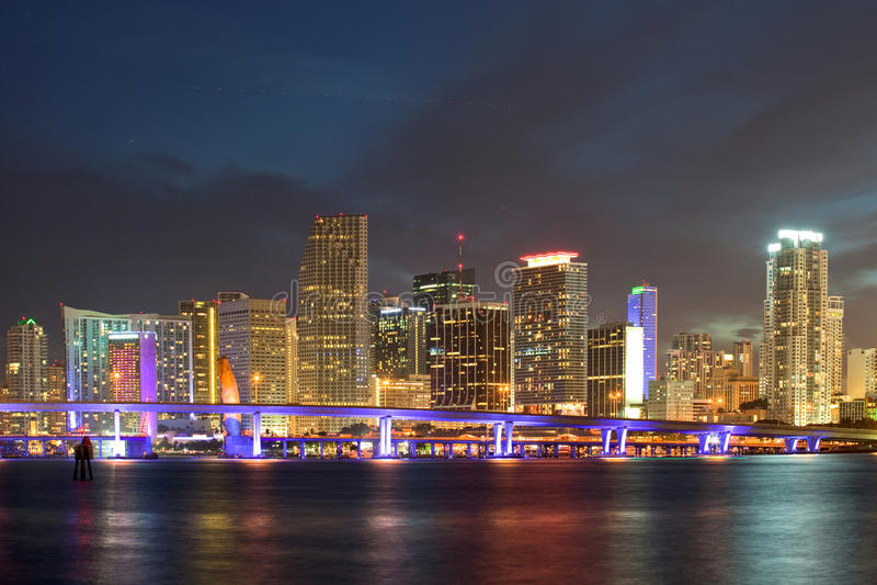 Cidade da skyline da noite de Miami Florida imagem de stock