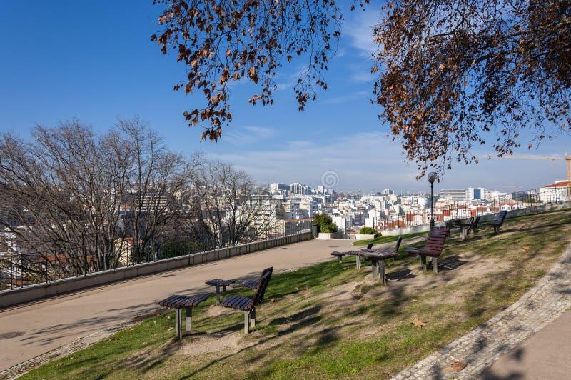 A cidade da skyline de Lisboa do jardim de Torel, em Portugal fotografia de stock