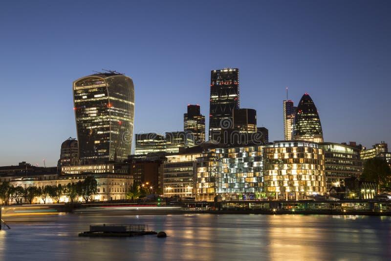 Cidade da skyline de Londres no crepúsculo fotos de stock royalty free