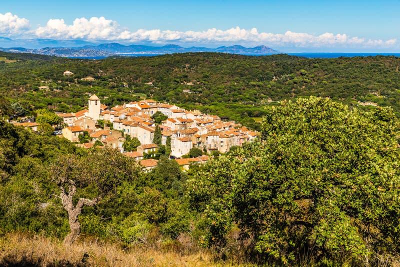 Cidade da vista em geral de Ramatuelle-França fotos de stock royalty free