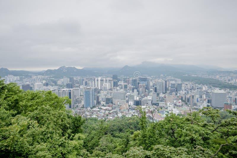 Cidade da vista superior na torre de seoul fotografia de stock